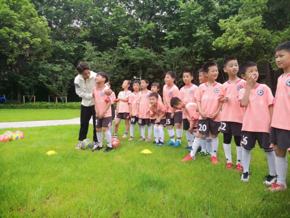 """在""""红房子""""与小学生赛足球,王霜推介""""咸伙计""""为家乡代言"""