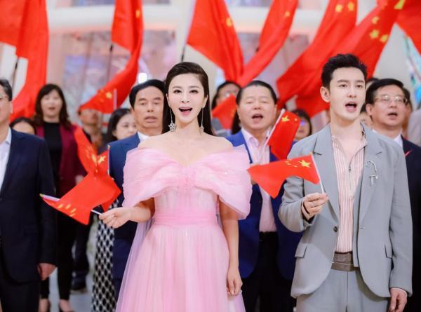 """伊丽媛再度携手黄晓明献唱2021《中国品牌日晚会》,为""""国货""""打call"""