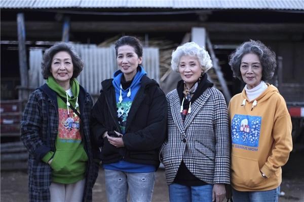 天才妈妈农民画登T台上联合国!腾讯网友一块做好事助力乡村振兴