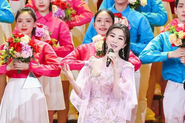 2021央视五四晚会 青年歌唱家伊丽媛压轴献唱《百年》,致敬青春!