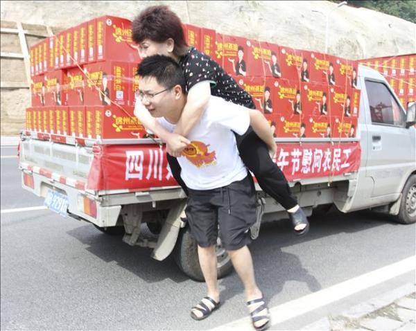 """端午节前夕,四川好人""""绵州燕姐""""看望慰问千名农民工人"""