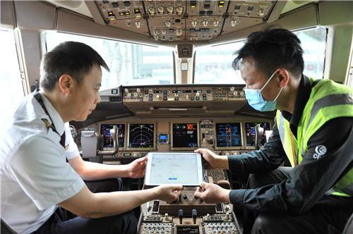 """给飞机配上""""智慧体检卡"""" 中国民航首个ELB亮相东航"""