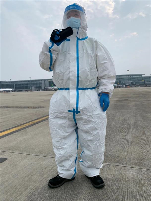 """在地表温度超过40℃的浦东机场,有群""""不怕热""""的安全""""守门人"""""""