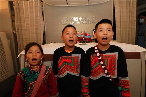听!歌唱党的彝族少年歌声正在东航天府—虹桥首航航班上响起