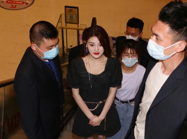 刘雪晴出席发布会,现场采访却忘开美颜,这双腿是真实存在的?