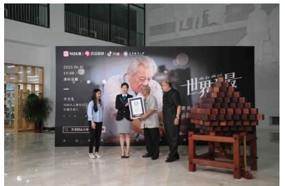 64岁中国木匠大爷打造鲁班锁,成功打破吉尼斯世界纪录