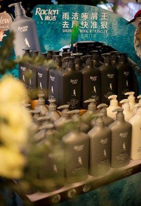 央视大国品牌再添黑马丨雨洁啄木鸟洗发水专注去屑,守护国人头皮健康