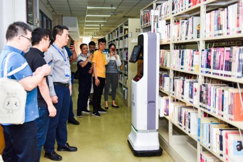 第五代图客机器人亮相西电90周年图书馆智能新技术应用成果研讨会