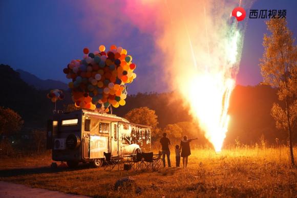 西瓜视频创作者「三口之家蜗游记」走红网络,六一上演现实版《飞屋环游记》