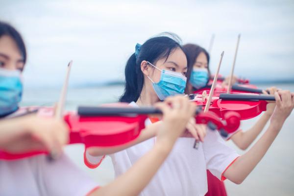"""湾区青年小提琴快闪深情上演,大鹏新区用""""最海洋""""""""最青春""""的方式向党表白"""