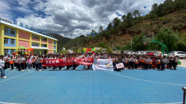 72小时、2000公里,好未来旗下熊猫博士赴四川山区小学捐赠学习物资