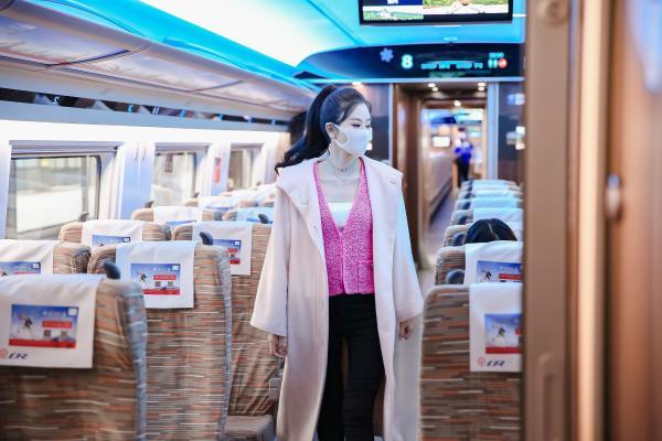 央视《开往冬奥的高铁》播出,伊丽媛携手钟镇涛,推广冬奥文化展现冰雪魅力