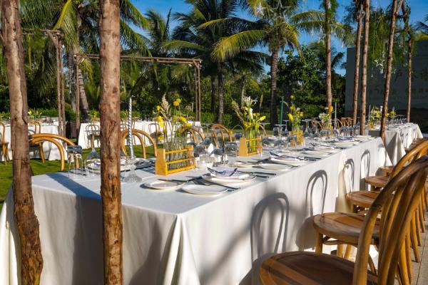 三亚理文索菲特度假酒店泳池草坪焕新呈现,举办高端宴席理想之选