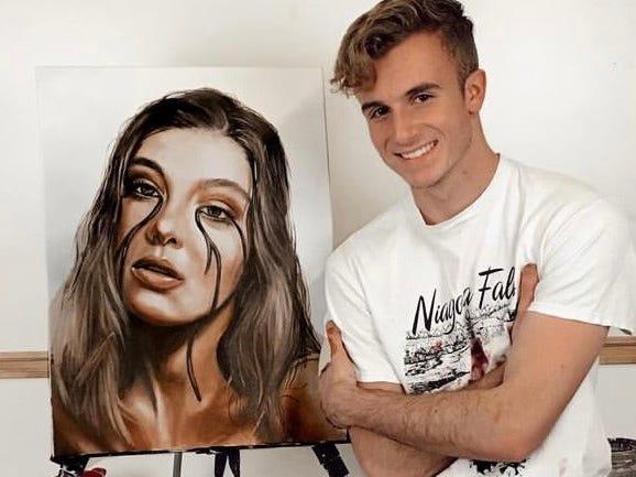 因在TikTok上展示美术作品走红 美国19岁男孩走上职业画家之路