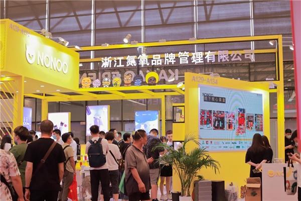 上海百货会NONOO展位火了!薇娅直播间力荐KAKAO FRIENDS联名吸管杯惊艳全场!
