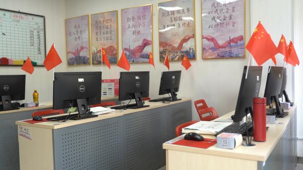 太平洋房屋20万手持红旗在上海汇成一种红,中国红!