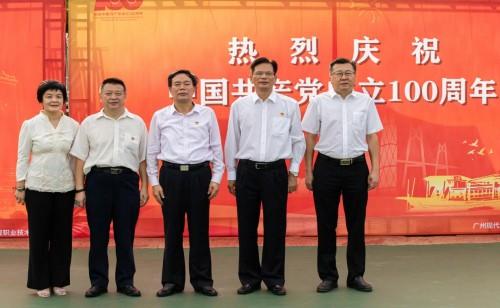 我校举行庆祝中国共产党成立100周年升国旗仪式暨重温入党誓词活动