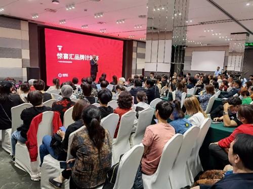 大树云集团朱文泉董事长受邀登陆纳斯达克大屏,展示全球华商魅力风采