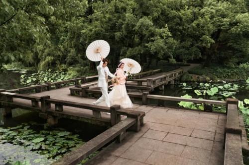 铂爵旅拍写意杭州园林,复古婚纱照拈手即来