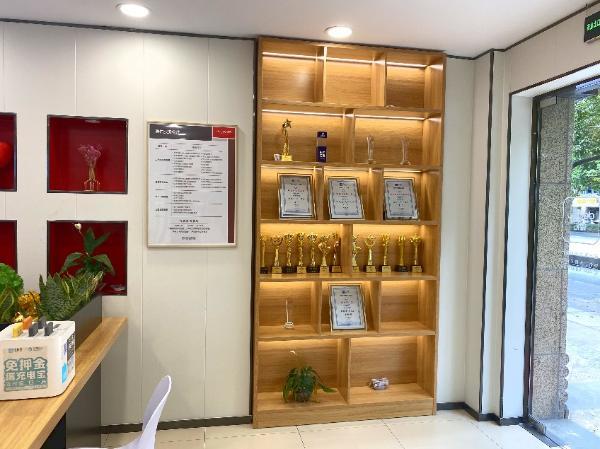 杭州德佑一店东,在市中心开300平门店,设免费书屋服务居民!
