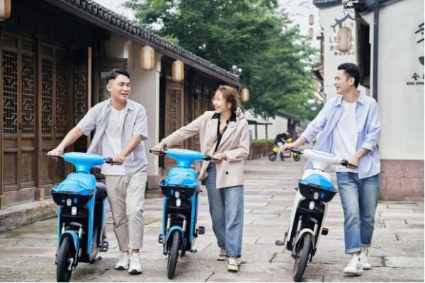 """骑电单车周坤洋获评中国财经峰会""""2021最佳青年榜样"""""""