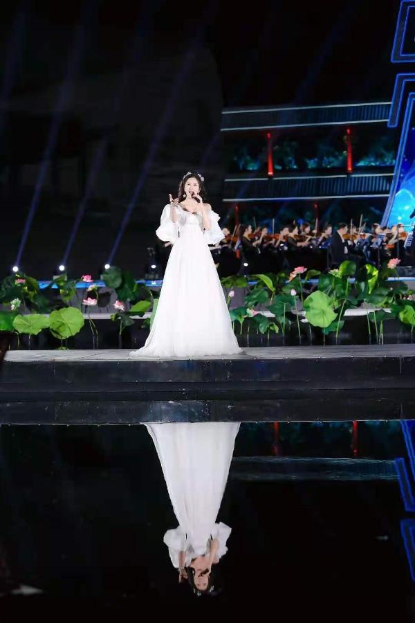 """舞台上下,看学者型歌唱家伊丽媛如何悄悄修炼成""""晚会女神"""",然后惊艳所有人"""