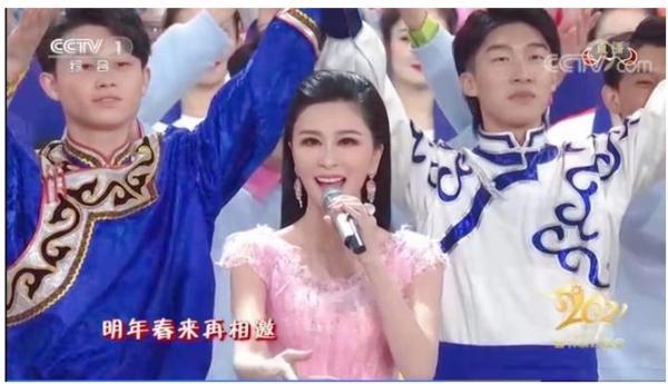 """伊丽媛的清纯感不是盖的 举手投足散发""""少女魅力"""""""
