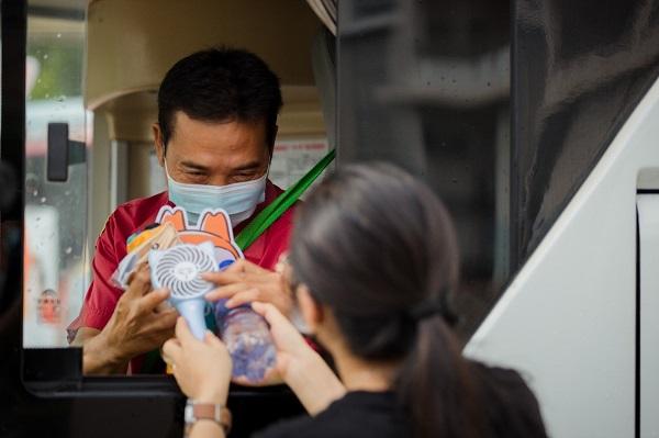 满载祝福,UC公益物资车为城市英雄传递清凉