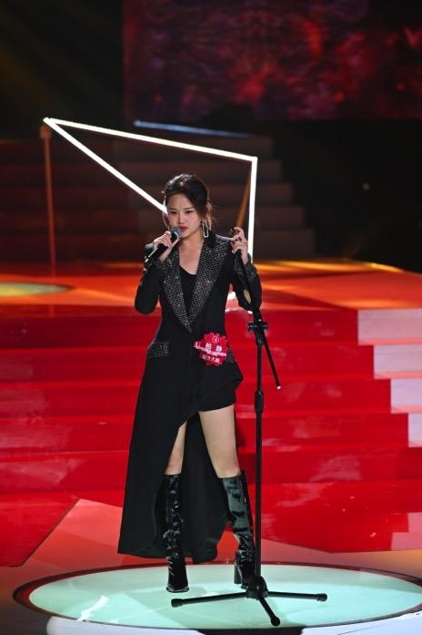 《星光大道》舞台迎来繁星互娱超级女声柏静登场,抒情摇滚信手拈来