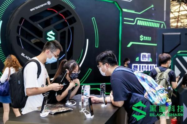 黑鲨参展2021 ChinaJoy 鲨鲨酱破壁现身与玩家亲密互动