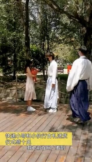 汉服小伙七夕古风示爱惹人羡 大爷:啥示爱都得戴口罩!