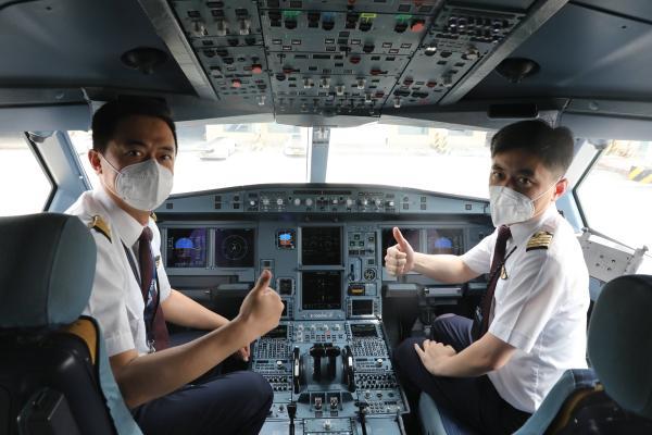 """东航A330宽体客机抵达青岛流亭、晚间转场胶东机场,山东籍""""五星机长""""祝福青岛胶东首航成功"""