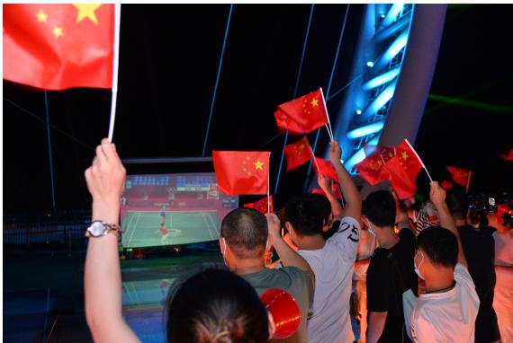 """游客在黄腾峡""""大球拍""""为中国羽毛球运动员加油助威"""