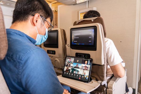 """""""空中上网感觉像家里一样快!""""中国东航全国首家完成亚太6D卫星高速网络商用航班体验飞行"""