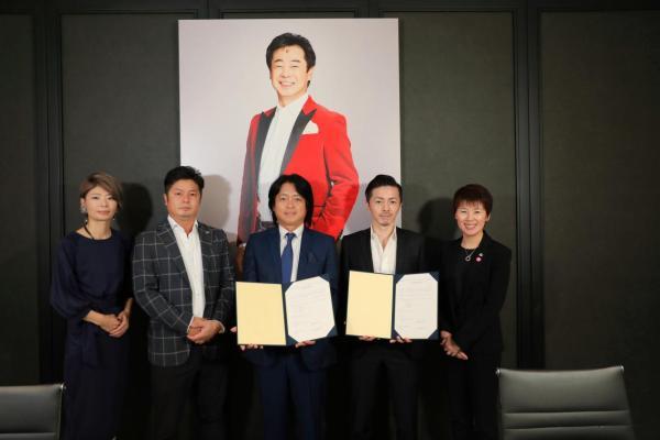 范-小牛肉(与百丽)和艺术公司达成战略合作 新的美容仪出现在签约仪式上