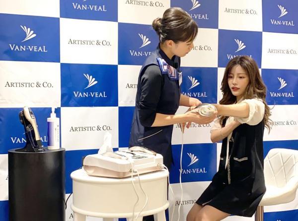 VAN-VEAL(伴蓓尔)与ARTISTIC&CO. 达成战略合作,新款美容仪亮相签约仪式