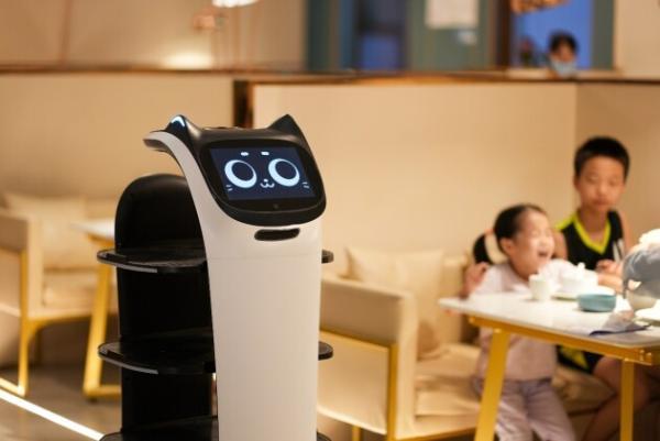 """普渡机器人""""贝拉""""强势入驻集膳斑斓,助力餐厅服务智慧升级"""