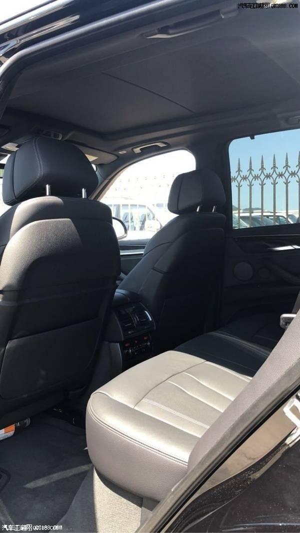 宝 马X5强大的动力是新车保证驾驶乐趣的重要因素之一,多功能电动驾驶座椅舒适性十足,宝马X5三排座的设计仍能给予X5丰富的座椅变化和空间运用,第三排 座椅的头部和腿部空间仍比较紧凑。宝马X5全景天窗的面积非常大,能够一直延伸至后排,整车采光效果十分出色,后排座椅可以4/6拆分,且翻折后于后备箱 地板平齐。