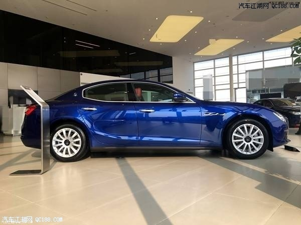 GranLusso豪华版和GranSport运动版车身上均饰以独有的车徽,运动版的SAETTA标志内嵌入蓝色装饰,并配有蓝色三叉戟轮毂盖,尽显品牌的专属尊荣。两个版本车型各配以不同风格的轮毂,满足不同需求的车主,昭示着纯正的玛莎拉蒂的运动激情。