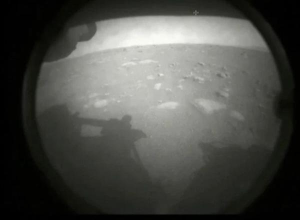 NASA毅力号 经历恐怖七分钟成功降落火星 传回第一张火星表面照