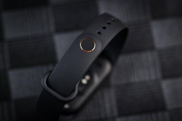 进入全面屏时代 智能手环领域的毕业款小米手环6评测