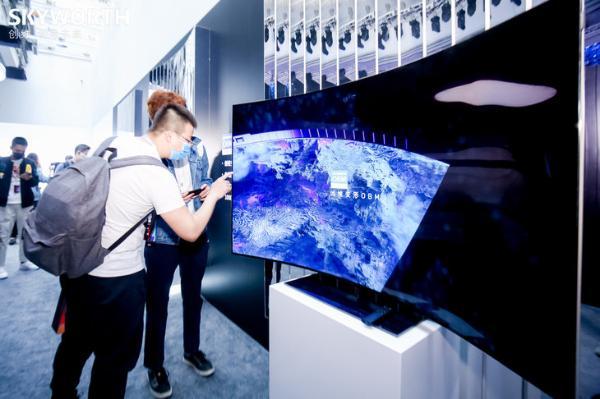 全球首款量产OLED变形电视面世 创维W82售价29999元