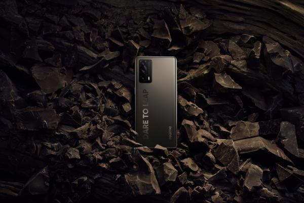 轻薄曲面旗舰2299元起 realme真我X7 Pro至尊版发布
