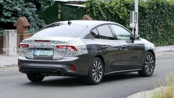 新款福克斯三厢轿车谍照 前脸变化大 还会全系使用三缸发动机吗?