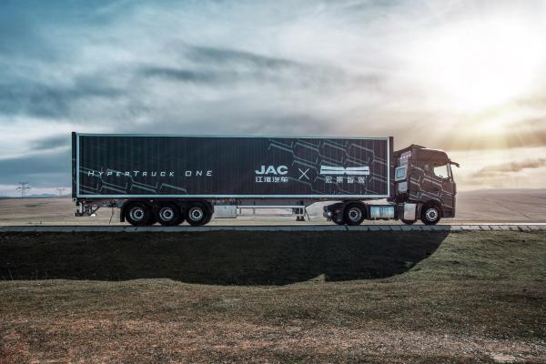 宏景智驾发布L3自动驾驶重卡HyperTruck One,携手江淮汽车助力干线物流降本增效