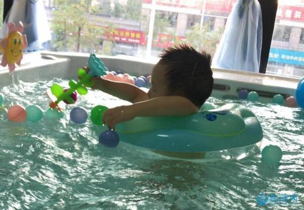 婴幼儿游泳应该坚持