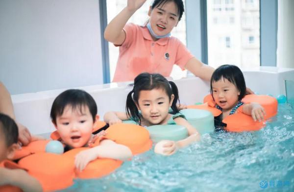 婴幼儿游泳有助于身心健康发育