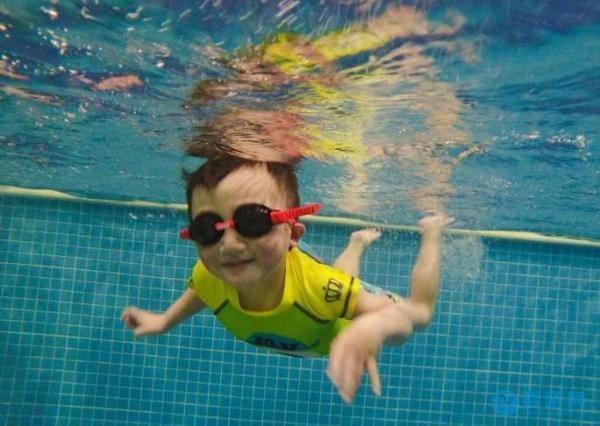 婴幼儿游泳培养孩子胆量和自信心