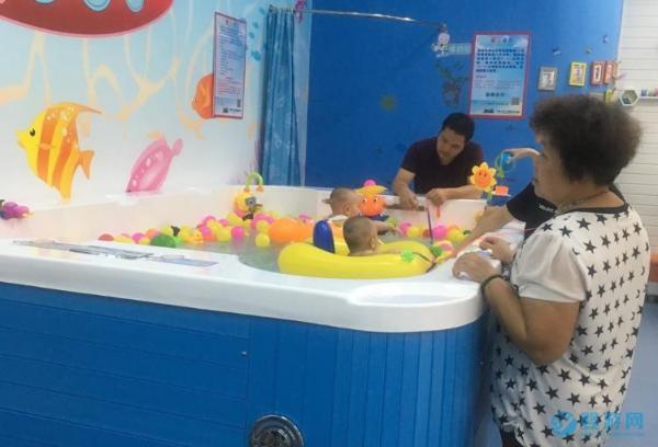 宝宝游泳一定要去专业的婴儿游泳馆