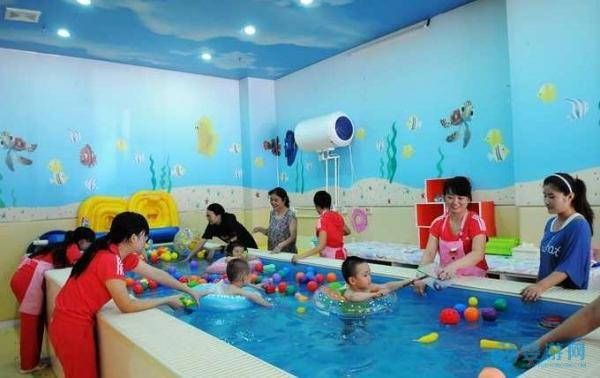 秋天带孩子去婴儿游泳馆
